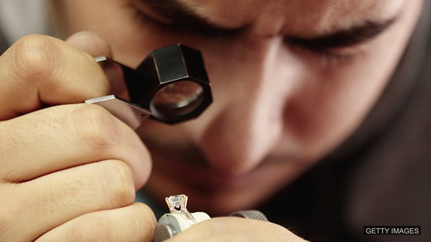 'Car boot sale' diamond set to fetch £350,000 at auction 旧货市场淘来的钻石拍卖价可能达35万英镑