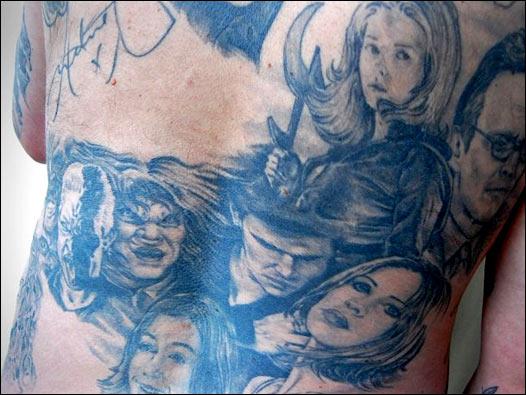 他把该剧中的主角全部纹在了他的后背上,就在the corrs 乐队的下面!