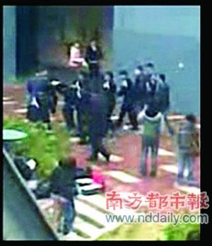 飞脚踹人表情... www.chinadaily.com.cn 宽300x348高