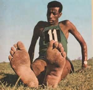 埃塞俄比亚选手阿贝贝·比基拉赤脚跑赢马拉松,因为官方制造商阿迪图片