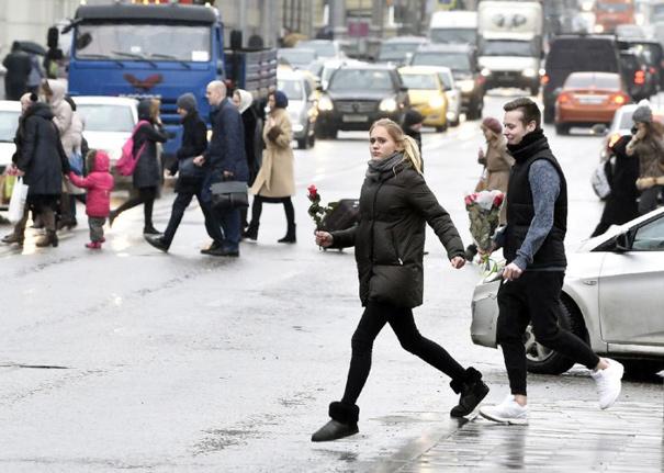 """俄罗斯:妇女节的""""烧钱""""庆祝传统让男人压力山大"""