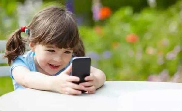专家:给孩子手机堪比毒品