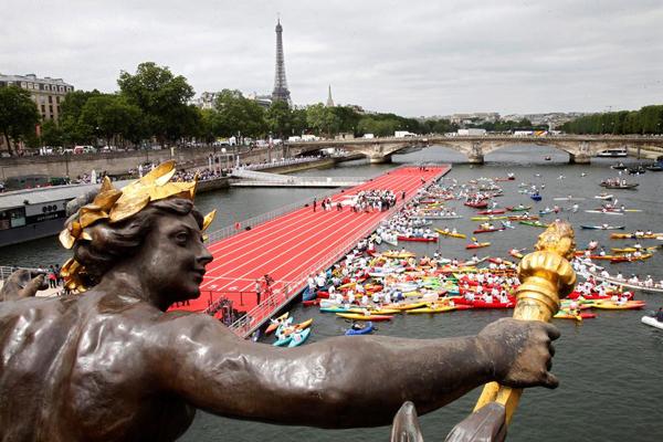 巴黎为申奥把整个市中心变运动场 塞纳河上建跑道