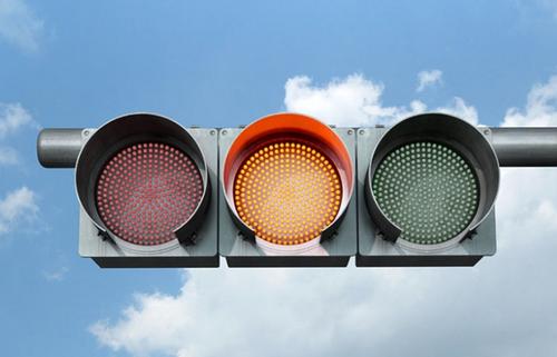 交通信号灯为何用红色、黄色和绿色?