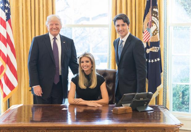 特朗普女顾问穿鞋跪白宫沙发遭批