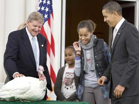 奥巴马感恩节赦免火鸡Obama's first pardon: A turkey named 'Courage'