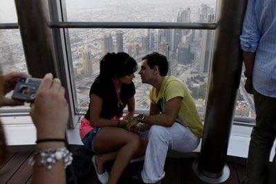 英男女迪拜餐馆亲吻被判监禁一个月