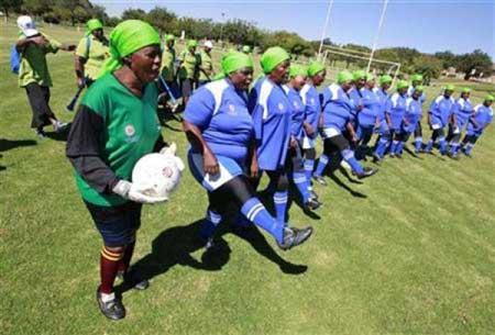 """南非""""奶奶足球队""""备战元老杯足球赛"""