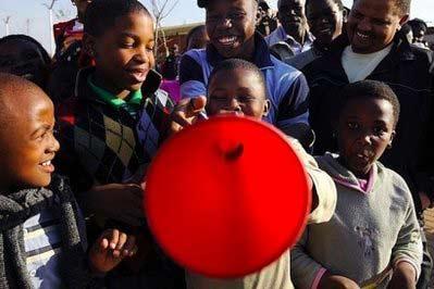 南非球迷长喇叭助威 专家提醒有损听力