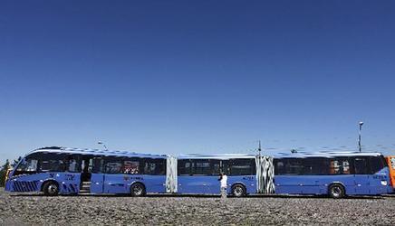 铰接式公共汽车 articulated bus高清图片