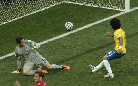世界杯首粒进球上演 乌龙球
