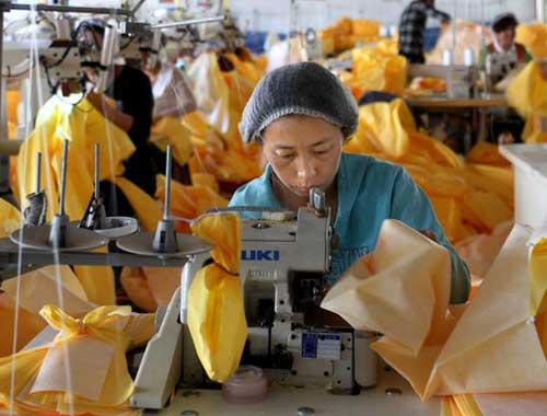 中国工厂加班加点生产埃博拉防护服
