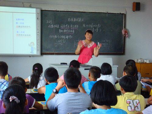 """英学校被要求采纳中国""""满堂灌""""教学法"""